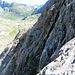 an dieser Felswand geht es nach oben, in der Vergrößerung sieht man die Sicherungsseile