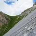 Über weite Strecken quert der Weg dem Hang entlang. Auf der markanten Erhebung links im Bild werden wir eine Pause einlegen.
