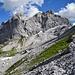 Im Abstieg stellte ich sicher, dass ich die richtig Abkürzung Richtung Drusator erwische und nicht ganz bis P.2170 absteigen muss. Die Abkürzung startet links unterhalb des Felsbrockens und ist im grasigen Teil der Bildmitte gut erkennbar.