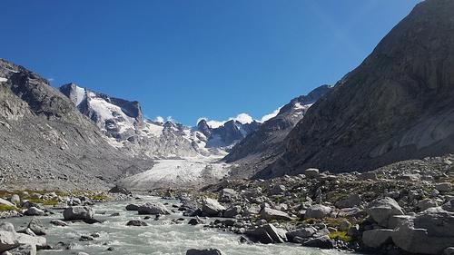 Dal ponticello che attraversa il fiume scendendo dalla Forno (una volta si traversava il ghiacciaio).