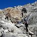 Si cerca il passaggio fra le rocce, tra il Pass Uffiern e la cresta del Camadra.