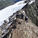 Im Abstieg über den Grat. Gut zu sehen wie sich Schnee und Fels abwechseln.