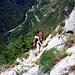 Mit viel Tiefblick ins Val di Ledro geht's los. Oben Biacesa, in der Mitte die Staatstrasse SS240, von Riva kommend, gleich nach dem oberen Portal des 2. Tunnels.