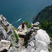 Kurz vor dem Gipfel trifft man wieder auf alte Kriegspfade. Gegenüber Pregasina, mit Aussichtspunkt ca. 300m über dem See.