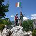 Am Gipfel der Cima Capi (909m).  Der Fahnenmast hat auch schon bessere Tage gesehen....