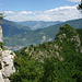 Blick nach Osten über Torbole am Gardasee und den Passo San Giovanni und das hinten querverlaufende Etschtal hinweg ins Altopiano