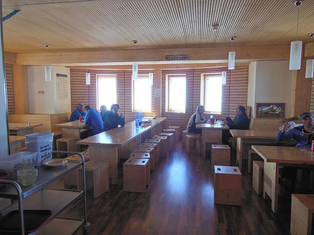 Die neue Gouter-Hütte. Außen futuristisch, innen gemütlich.