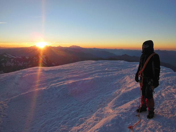 Auf dem Gipfel. Trotz Windstille sehnen wir die Sonne herbei.