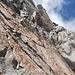 Wilde Abseilstelle durch den kurzen Kamin oben und dann in das steile Gelände darunter