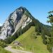 Schön gelegene Alp Egg, gleich dahinter der Aufstieg zu unserem heutigen <br />Ziel
