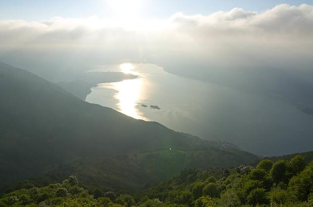 Der Blick auf den Lago vernebelt sich allmählich.<br />Unten sieht man deutlich die Brissago-Inseln.