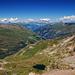 Nochmals der Blick vom Gipfel Rcihtung Valsertal, links der Piz Aul