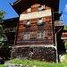 Altes Walserhaus, das Post Huus, mit Sinnspruch