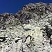 Der Kamin, welcher zum Südgrat führt, kommt ins Bild (in linker Bildhälfte, s. auch www.hikr.org/gallery/photo1474259.html?post_id=78193#1)