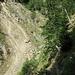 L'éboulement de la rive droite du Marchgrabe. Le sentier le remonte par la droite puis le traverse par le haut (facilement)