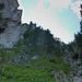 Zustieg: die große Halbhöhle links oben stellt den untersten Ausläufer des Lantschkars dar, über die Blockschlucht ganz rechts im Bild steigt man auf!