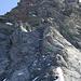 Rückblick vom schneebedeckten Sattel auf den oberen Teil des Rottalgrats. Beginn und Ende der Fixseilstrecken sind jeweils mit X markiert.
