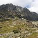 """Im Aufstieg zwischen Sliezsky dom und Poľský hrebeň - Blick auf die östlichen Flanken des Gerlach-Massivs. Etwa in Bildmitte ist die Rinne Velický žľab zu sehen. Durch diese führt die Aufstiegsroute """"Velická próba"""" für eine Besteigung des Gerlach."""