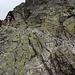 Im Aufstieg zwischen Sliezsky dom und Poľský hrebeň - Kurz vor Erreichen des Sattels am Poľský hrebeň helfen einige Klammern und Ketten über steile Fels-Passagen.