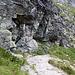"""Im Abstieg zwischen Poľský hrebeň und Sliezsky dom - Hier, unweit des Wasserfalls Velický vodopád, führt der Wanderweg kurz unter überhängenden Felsen entlang. Heute gibt es an dieser Stelle auch eine kleine """"Dusche"""" von oben."""