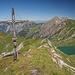 Der Lahnerkopf-Gipfel. Links unter dem Kreuz der Älpelekopf - das nächste Ziel.