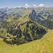 Im oberen Abstiegsteil. Unten links die Schienenhütte und das Erzbergtal.
