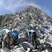 Gletscher-Abschnitt auf dem Grat geschafft! Diesen Schutthaufen gilt es noch zu bezwingen bevor auf dem Gipfel gejubelt werden darf.