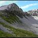 Der Weg zum Alteiner Fürggli (links). Rechts das Valbellahorn, nun in den ersten Sonnenstrahlen.