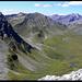 Valbellahorn (links) und Alteinsee, gesehen vom Gipfel des Strels.
