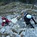 Im Klettersteig, die erste überhängende Stelle