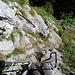 Zwanzig Minuten nachdem ich auf diesen Wanderweg gestoßen war, gelangte ich an eine weitere, sehr steile Felsstufe, die wieder mit Geländern gesichert war - vermutlich die letzte vor dem Paxmal/Rugg. Ich wollte dort eigentlich nicht hin, deshalb nahm ich unterhalb der Felsstufe im Wald einen unmarkierten Weg, der links hinunterführte.