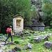 Poco oltre Puntìd si trova una baita isolata con accanto un'edicola.