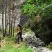 Su questa riva il sentiero è molto meno marcato e segnato solo da qualche ometto ma non presenta comunque alcuna difficoltà.