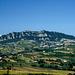 Gesamtansicht vom Monte Titano (756m) aus Osten im Sommer. Rechts liegt der Ort Borgo Maggiore (514m).<br /><br />Foto von Wikipedia.