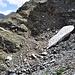 Die wohl ursprüngliche Trasse ist von Steinen verschüttet. Den Umgehungsweg ist auch blockiert von Altschneereste. Daher entsteht nun eine noch provisorischere Umgehung.