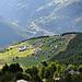 Bei der Ankunft auf dem Gsponer Panoramaweg hat man kurz einen Tiefblick auf Gspon, 600m niedriger.