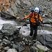 Gleich nach dem Biwakplatz auf zirka 2850m muss ein Bergbach überquert werden. André schaffte es locker ohne nasse Füsse zu bekommen.