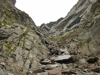Scendendo dal Passo del Laghetto attraverso il sentiero ufficiale.