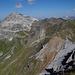 Blick vom Gross Schiahorn auf die Weissfluh. Die farbigen Felsen sind interessant, aber die Seilbahnen stören die Aussicht.
