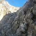 """Im """"Gässi"""" geht es nun in die Felswand, einfach und gut gesichert vom Stahlseil."""