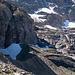 Zoom zur Moräne deren entlang der P.2068 erreicht wird. In Originalgrösse sieht man winzig klein einige Leute auf dem Hügelchen knapp rechts neben den kleinen Schneefeldern im Schatten pausieren.
