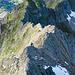 Blick von der Hütte zum Grat hinab. In Originalgrösse sieht man die eine oder andere wbw-Markierung und einzelne Abschnitte des Weges.