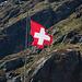 Die Fahne wiedergibt in etwa den politischen Zustand der Schweiz. Vor allem wenn man danach, weit unten im Tal, die Abstimmungsergebnisse konsultiert.