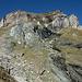 Bei 2470m. Der richtige Pfad folgt rechts entlang dem schwarzen und weiss-/grauen Felsen in der Bildmitte aufwärts und dann nach rechts auf den grasigen Rücken.