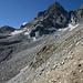 Wer das sieht, ist falsch. Am oberen Ende der Seitenmoräne auf etwa 2580m. Von hier aus kann man nur zurück oder wie die Dreiergruppe zusammen mit viel Geröll auf den tiefer liegenden Talboden hinunter.