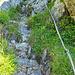 Steile Rinne mit Seil
