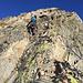 Dann kommen wir im Übergang zum oberen Gratteil wieder in einfaches Gehgelände, bevor sich der Grat nochmal zum Vorgipfel hin verengt und meiner Meinung nach die schwierigsten, wenn auch kurzen Kletterstellen folgen.