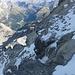 Beim Abstieg über die Mittelrippe vor dem vereisten Couloir mit dem Fixseil. Unten Albula mit Dschimels-Crasta Mora, rechts der spitzige Piz Ot