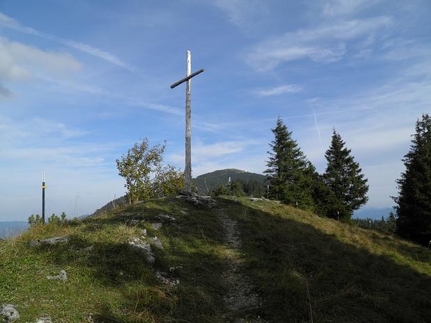 """Kreuz auf einem namenlosen """"Gipfel"""", der aber nur eine kleine Erhebung im Grat ist"""