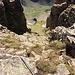 Das Gipfelcouloir wieder hinunter (durchgehen mit Stahlseil)
